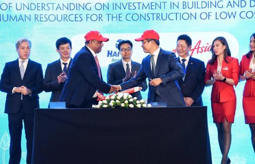 CEO Air Asia và Tổng giám đốc Hải Âu kí biển bản hợp tác ghi nhớ cuối năm ngoái. Ảnh: Giang Huy