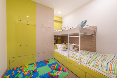 Phòng ngủcho trẻnhỏ được bố trí khoa học, đảm bảo sự thoải mái và thông thoáng với nhiều sắc màu rực rỡ.
