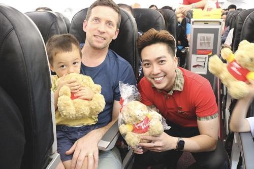 Trên chuyến bay khai trương, hành khách bất ngờ nhận được những quà tặng xinh xắn từ Vietjet.