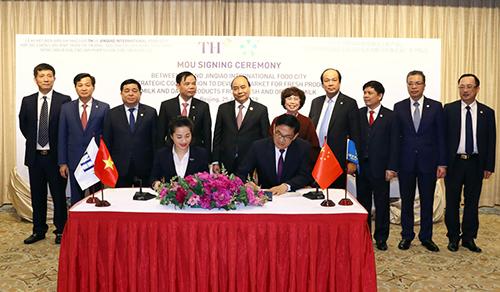 Lễ ký kết giữa TH và đối tác Wuxi Jinqiao International Food City có sự chứng kiến của Thủ tướng Chính phủ Nguyễn Xuân Phúc, các Bộ trưởng và đại biểu cấp cao từ Việt Nam.