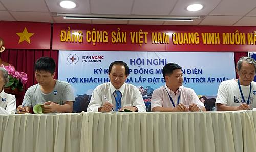 Điện lực Sài Gòn ký hợp đồng mua bán điện với khách hàng. Ảnh: Thi Hà.
