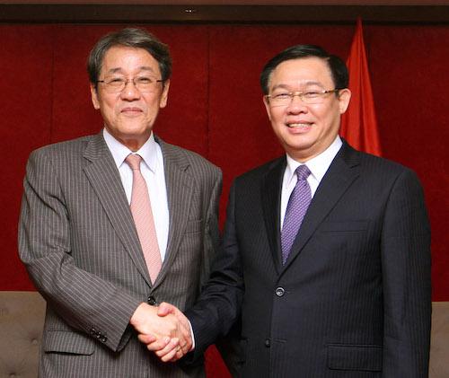 Phó thủ tướng Vương Đình Huệ (trái) tại cuộc gặp Đại sứ Nhật Bản Umeda Kunio ngày 26/4. Ảnh: VGP