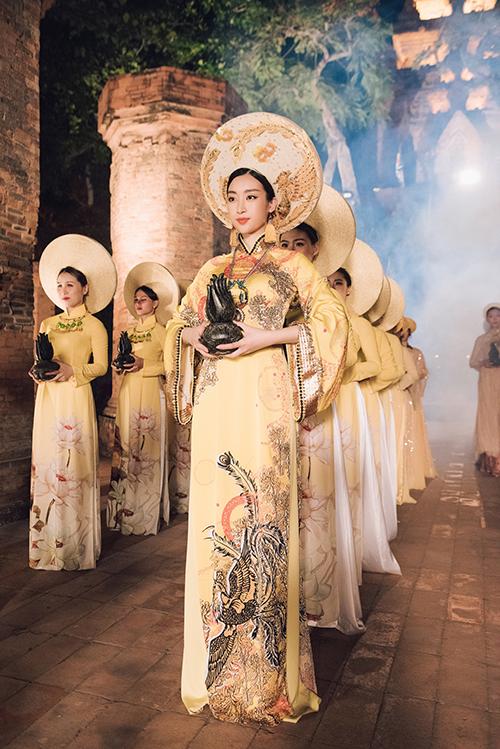 Hoa hậu Đỗ Mỹ Linh – đại sứ trầm hương làm lễ dâng trầm ở tháp bà Ponagar (một cảnh sẽ được chiếu trong clip trong chươn trình đêm 30/4).