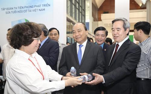 Thủ tướng thăm gian hàng Tập đoàn TH tại sự kiện.