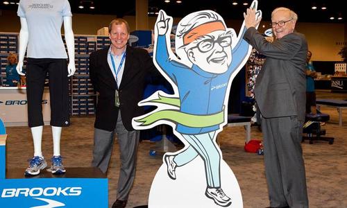 Warren Buffett và CEO Jim Weber tại một cửa hàng của Brooks. Ảnh: TheStreet