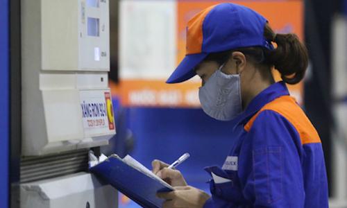 Nhân viên một trạm xăng ở Hà Nội ghi chép số lượng bán các mặt hàng xăng dầu trong ngày. Ảnh: Ngọc Thành