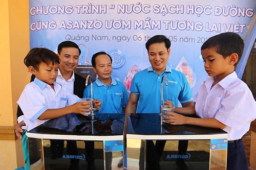 Nhân viên Tập đoàn Asanzo hướng dẫn học sinh lấy nước uống. Ảnh: Đắc Thành.