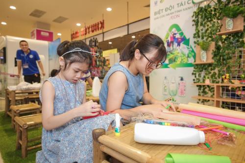 Nhiều em nhỏ tham gia tái chế đồ nhựa.