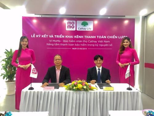Ông Phạm Thành Đức - Tổng giám đốc MoMo (trái) và ông Eric Wu - Phó Tổng giám đốc Cathay ký kết hợp tác.