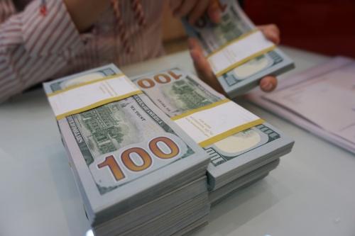 Giao dịch USD tại một ngân hàng thương mại. Ảnh: Anh Tú