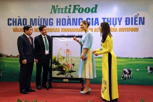 Đại diện NutiFood tặng tranh hoa sen thêu tay cho công chúa kế vị Thụy Điển Victoria Ingrid Alice Desiree.