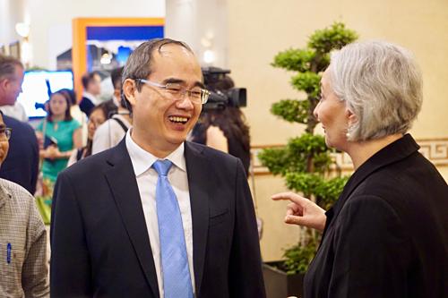 Ông Nguyễn Thiện Nhân tiếp xúc đại diện các doanh nghiệp bên lề hội nghị. Ảnh: Viễn Thông
