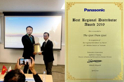 Ông Lê Thành Nhân - CEO Thế Giới Điện Giải (bên trái) nhận giải thưởng Best Regional Distributor Award 2019 từ Tập đoàn Panasonic Nhật Bản.