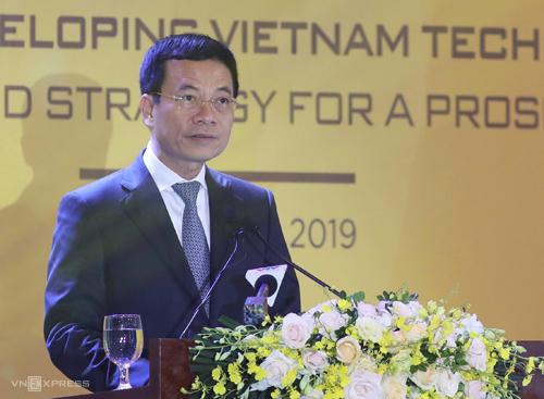 Bộ trưởng Thông tin & Truyền thông Nguyễn Mạnh Hùng chia sẻ về chiến lược Make in Vietnam ở Diễn đàn sáng 9/5. Ảnh: Ngọc Thành.