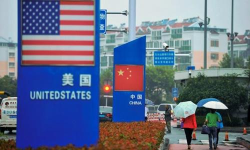 Biển quảng cáo bên ngoài một cửa hàng bán đồ nhập khẩu tại Sơn Đông (Trung Quốc). Ảnh: Reuters