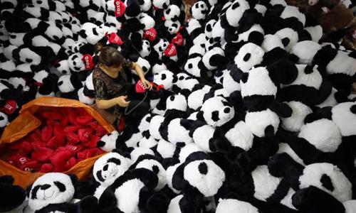 Một công nhân sản xuất đồ chơi trong nhà máy ở Giang Tô, Trung Quốc. Ảnh: CNN