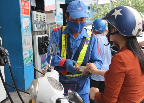 Khách hàng mua xăng tại một cây xăng của PVOil.