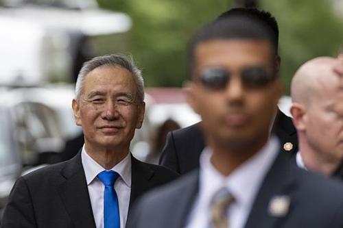 Phó thủ tướng Trung Quốc Lưu Hạc bên ngoài Văn phòng Đại diện Thương mại Mỹ. Ảnh: Bloomberg