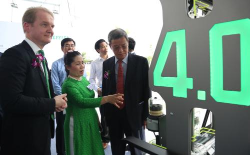 Lãnh đạo công ty giới thiệu các sản phẩm vòng bi, linh kiện với chủ tịch UBND tỉnh Đồng Nai Đinh Quốc Thái.