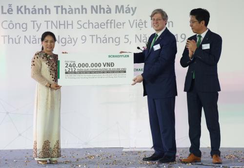 Lãnh đạo tập đoàn trao tặng 250 triệu đồng cho Trung tâm nuôi dạy trẻ khuyết tật tỉnh Đồng Nai.