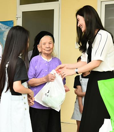 Chương trình được doanh nhân Hà Bùi phối hợp cùng Trung ương Hội thầy thuốc trẻ Việt Nam và Bệnh viện Bạch Mai. Cô là người tài trợ toàn bộ chi phí để đưa các bác sĩ về khám bệnh miễn phí cho người dân. Không chỉ khám bệnh miễn phí, nữ doanh nhân còn trao nhiều phần quà gồm tiền mặt và hiện vật cho một số trường hợp người già neo đơn, trẻ em mồ côi, trẻ em mắc bệnh hiểm nghèo...