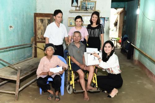 Đợt này, doanh nhân Hà Bùi còn đến 10 hộ nghèo của huyện Thọ Xuân để trao tiền hỗ trợ. Đa số các trường hợp là người già neo đơn, sống trong những ngôi nhà cũ, thiếu thốn về kinh tế.