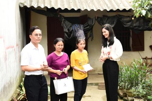 Nữ CEO cho biết thêm, khắp đất nước Việt Nam còn nhiều nơi nghèo và những trường hợp khó khăn cần được mọi người quan tâm. Cô hy vọng các doanh nhân, doanh nghiệp khác sẽ thường xuyên tổ chức những hoạt động hướng về cộng đồng.Với riêng thương hiệu thời trang cao cấp Sohee, hàng năm tôi luôn trích một phần từ lợi nhuận kinh doanh để làm việc thiện. Tôi cũng định hướng cho các nhân viên của Sohee, bên cạnh phấn đấu trong công việc, hãy cùng tôi chung tay mang đến niềm vui cho những mảnh đời bất hạnh, cô chia sẻ thêm.