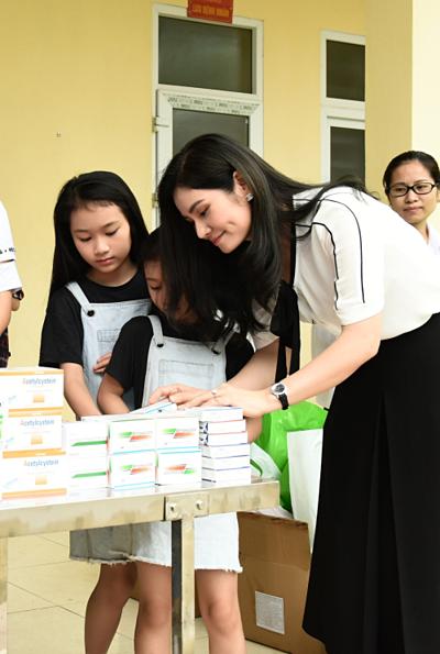 Là người thành đạt và bận rộn điều hành thương hiệu thời trang công sở Sohee nhưng doanh nhân Hà Bùi vẫn một lòng hướng về quê hương Thanh Hóa. Cuối tuần qua, côđưa hai con gái cùng về quê tham gia chiến dịch khám bệnh miễn phí cho người dân ở huyện Thọ Xuân.