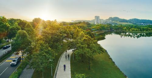 Cư dân Desa ParkCity bắt đầu một ngày mới tràn năng lượng trong không gian xanh mát của tuyến công viên trung tâm.
