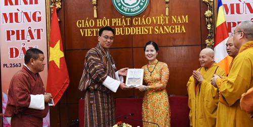 Chủ tịch Thượng viện Bhutan, ôngTashi Dorji (trái) đón nhận tác phẩm từ tác giả.