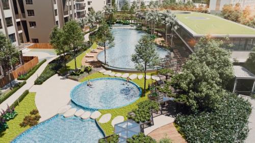 Phối cảnh hồ bơi trẻ em và hồ bơi nghỉ dưỡng 50m dưới mảng xanh của thảm thực vật trên cao.