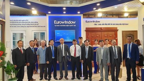 Ông Nguyễn Văn Sinh, (thứ 4 từ bên phải vào) Thứ trưởng Bộ Xây dựng tham quan khu trưng bày của Eurowindow.