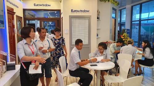 Khách hàng tham quan, ký hợp đồng lắp đặt sản phẩm cửa và vách nhôm kính lớn Eurowindow tại triển lãm. Hotline: 0906 000 111.