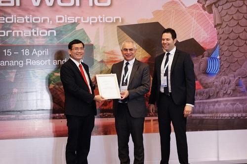 Ông Nguyễn Thanh Đạm - Tổng giám đốc Vietlott (trái) nhận giấy chứng nhận