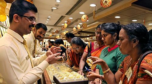 Mua bán vàng trang sức tại Ấn Độ. Ảnh: Reuters