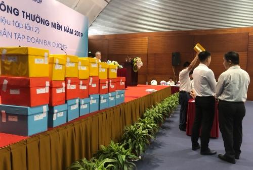 Các hòm phiếu được sử dụng để biểu quyết lúc 22h tối qua. Ảnh:Minh Sơn