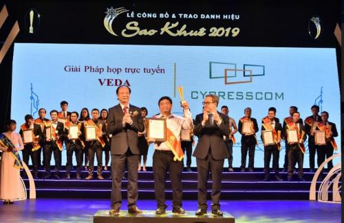 Đại diện VEDA nhận giải thưởng.