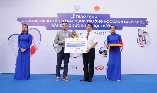 Đại diện Unilever Việt Nam trao séc tài trợ chương trình hợp tác xây dựng Trường học xanh - sạch - khỏe trên toàn quốc năm 2019 cho ông Thái Văn Tài - quyền Vụ trưởng Vụ Tiểu học, Bộ Giáo dục và Đào tạo.