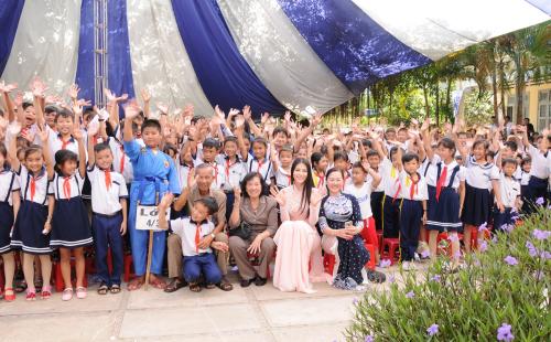 Hoa hậu Trái đất Nguyễn Phương Khánh (thứ 2 từ phải sang, hàng trên cùng) cùng các em học sinh cam kết giữ gìn vệ sinh học đường, xây dựng Trường học xanh - sạch - khỏe.