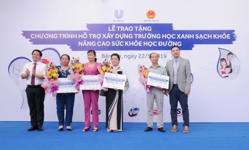 Đại diện Bộ Giáo dục và Đào tạo cùng Unilever Việt Nam trao tặng mô hình Trường học xanh - sạch - khỏe cho 4 trường tiểu học huyện Mỏ Cày Bắc, Bến Tre.