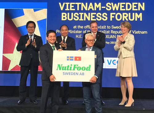 Đại diện NutiFood và Backhahill tuyên bố vận hành nhà máy sữa với sự chứng kiến của lãnh đạo hai nước Việt Nam và Thụy Điển.