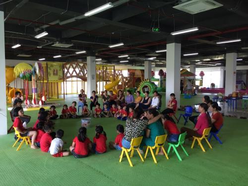 Khu vực sân chơi rộng rãi với rất nhiều khu vực hoạt động thể chất cho các bé.