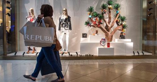 Người mua sắm đi qua cửa hàng của Louis Vuitton trong dịp Black Friday. Ảnh: AFP