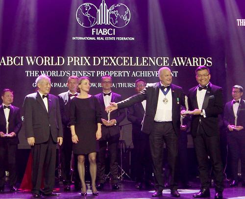 Đại diện Gamuda Land (góc phải) nhận giải Bạc quốc tế cho Quy hoạch Tổng thể của Celadon City.