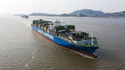 Một tàu containercủa Cosco trên biển. Ảnh: Bloomberg