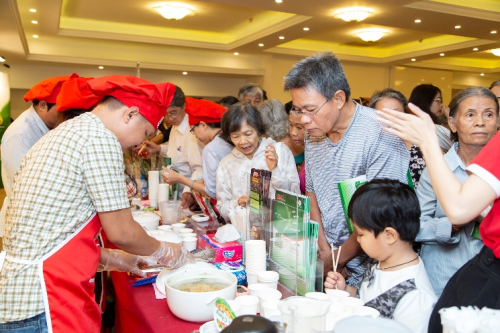 Hương vị độc đáo của mì Samưrai đã thu hút rất đông người tiêu dùng đến dùng thử.