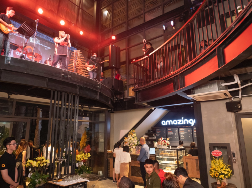 Những năm gần đây, sự bùng nổ của các chuỗi cà phê đã góp phần tạo nên sự thăng hoa cho cà phê Việt về chất lẫn về lượng. Cà phê dần trở thành một phần tất yếu trong đời sống và công việc của nhiều người.  Để góp phần thúc đẩy, chuỗi cà phê Amazing Coffee đã ra mắt cửa hàng thứ 3 tại Bùi Thị Xuân, quận 1, TP HCM với kỳ vọng trở thành nơi quảng bá mạnh mẽ thương hiệu cà phê bản địa, cũng như bản sắc văn hóa Tây Nguyên cho nhiều du khách với thiết kế mái nhà rông cùng nội thất bày trí đặc trưng.