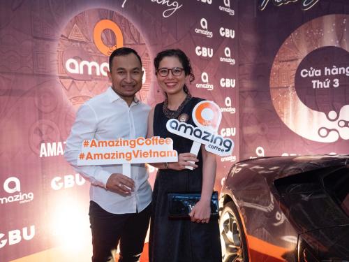 Sự kiện khai trương chi nhánh mới thu hút nhiều khách mời, người nổi tiếng.Trong ảnh là ông Nay Minh và vợ Thanh Huy - nhà sáng lập thương hiệu Amazing Coffee.