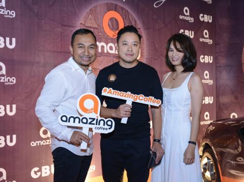 Đạo diễn Victor Vũ đến ủng hộ ông chủ Amazing Coffee.