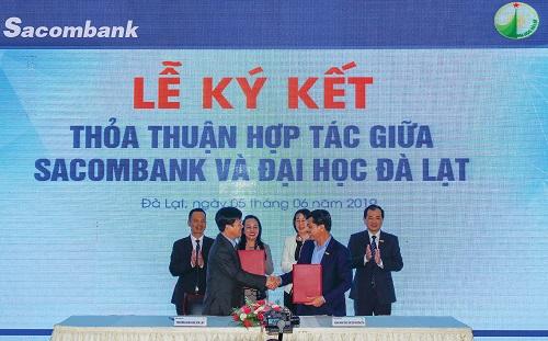 Ông Lê Đức Thịnh - Phó tổng giám đốc Sacombank (phải) và TS Lê Minh Chiến - Hiệu trưởng trường Đại học Đà Lạt (trái) cùng bắt tay hợp tác.